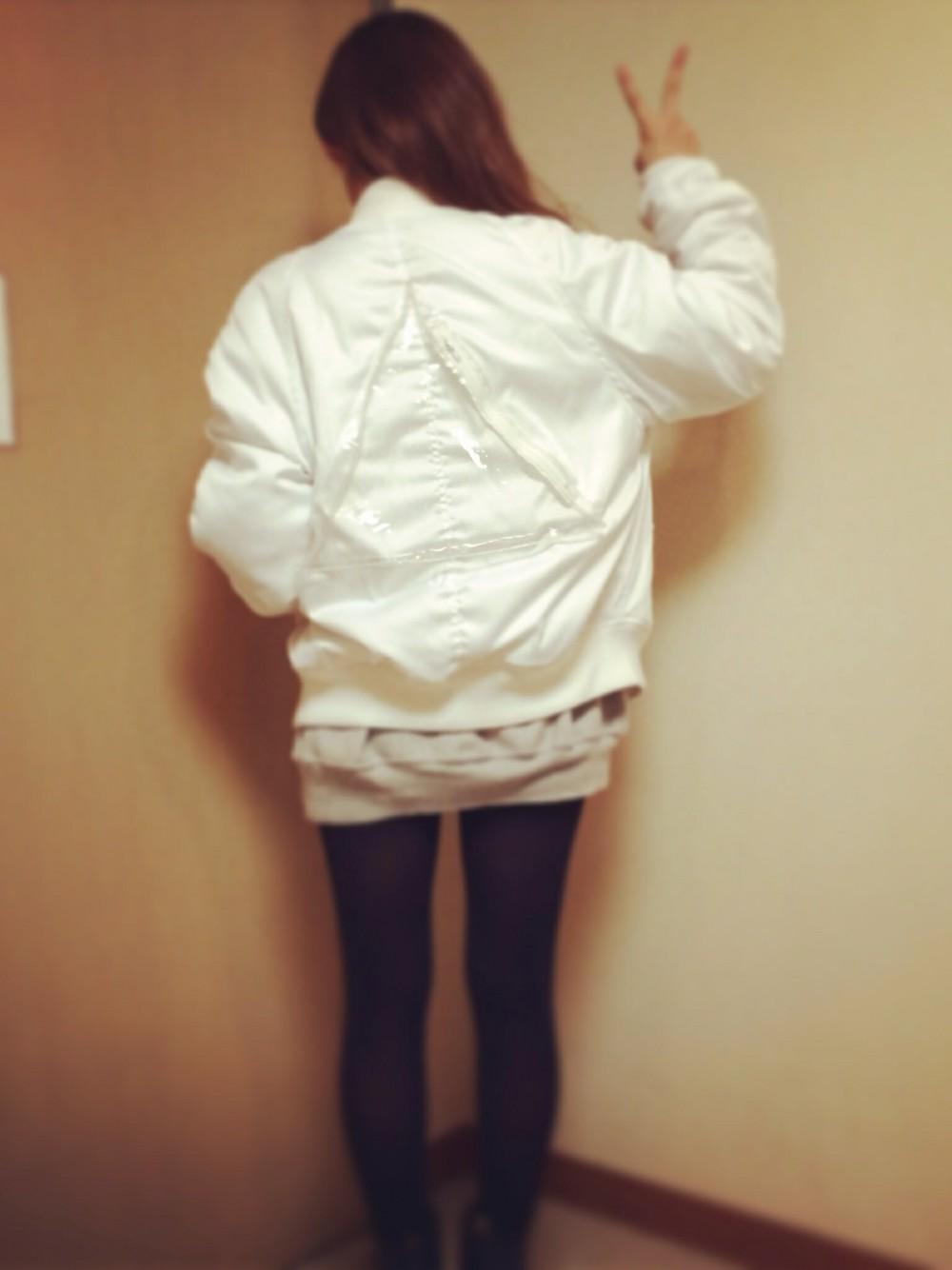 今季のトレンド『デニム素材』!高橋愛さんは、ロングのデニムスカートに、白のMA-1