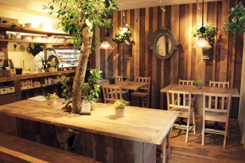 3階は木のぬくもりを感じるカフェ