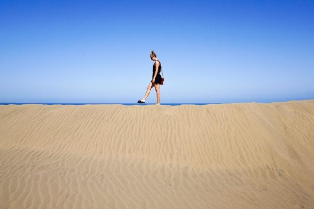 間違った歩き方をすると腰痛や太る原因に
