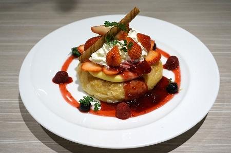 「旬の苺とべりーのフレンチパンケーキパイ包み焼き」