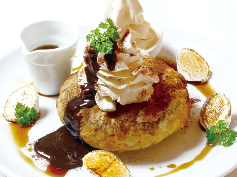 「ティラミスのフレンチパンケーキ パイ包み焼き ~北海道生乳ソフトクリーム添え~」