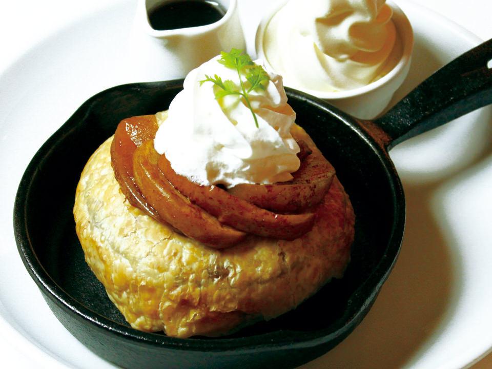 「アップルパイスタイルのフレンチパンケーキ パイ包み焼き ~北海道生乳ソフトクリーム添え~」