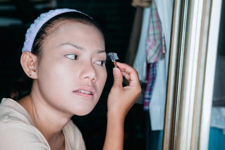 眉毛を生やす方法、手軽に始められるもの10選