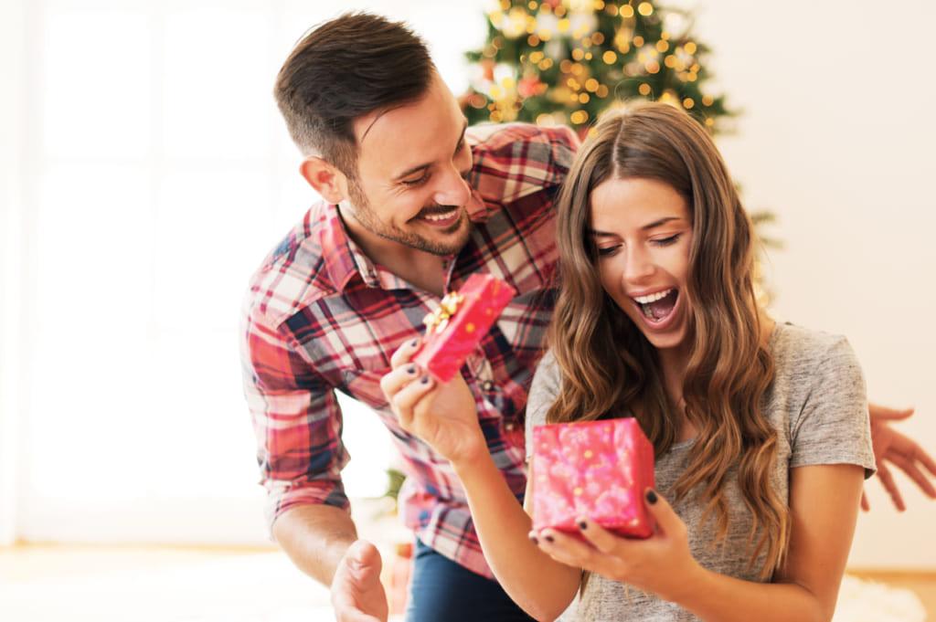 アメリカ:男性が女性にチョコレートをプレゼント